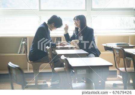 学生在教室里学习 67679426