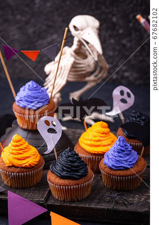 Halloween cupcakes with color cream 67682102