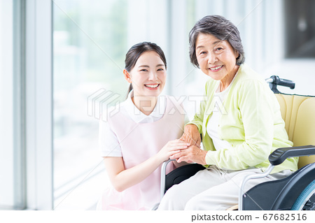 휠체어 노인 여성과 개호 직원 67682516
