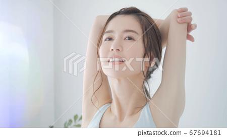 女人早上夏天伸展 67694181