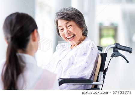 요양 시설 노인 여성과 간병인 67703772