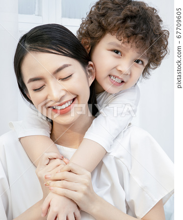 Family portrait parent and child 67709605