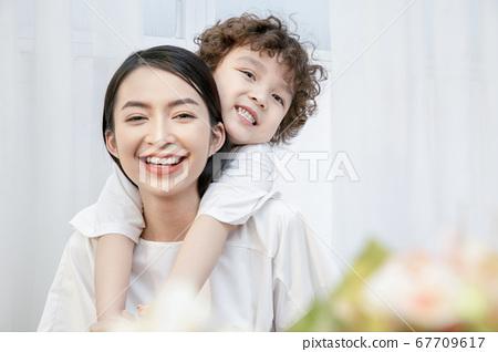 全家福父母和孩子 67709617