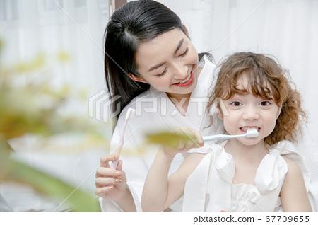 全家福父母和孩子 67709655