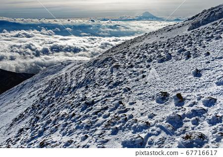 從八嶽山脈和赤嶽山脊線看到的雲海和富士山 67716617
