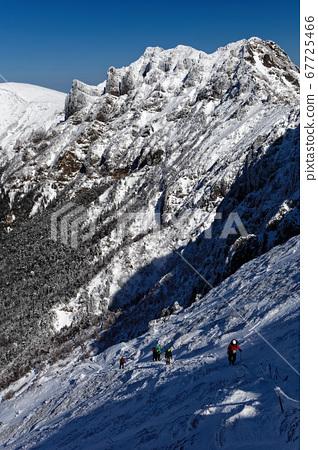 直達八嶽山脈和赤岳(Akadake)下方的登山者和橫岳(Yokodake)山脊線 67725466