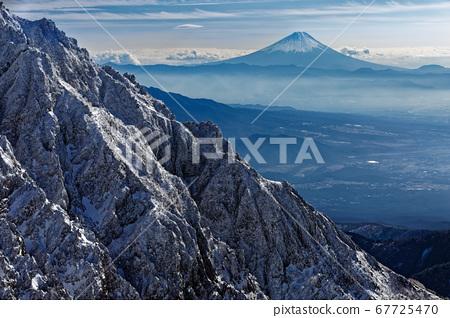 從八嶽山脈和中岳看到的富士山和赤嶽山脈 67725470