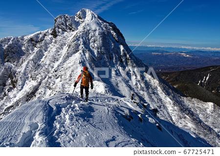 沿著八嶽山脈,中嶽山脊和中岳/北阿爾卑斯山的登山者的景色 67725471