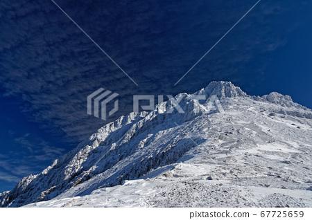 映照在藍色天空中的八嶽山的頂峰赤岳 67725659