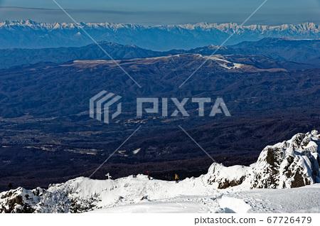 從八嶽山脈和富士山看向大矢嶺的登山者和北阿爾卑斯山脈。 67726479