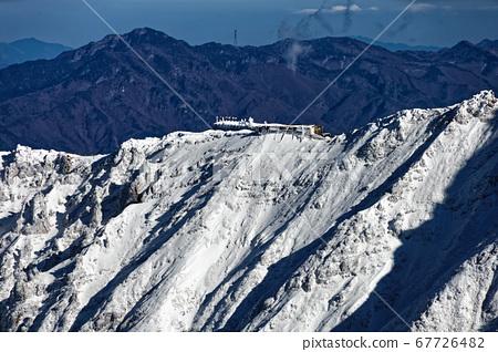 從八嶽山脈和阿米達山上看到的山間小屋和高座山 67726482