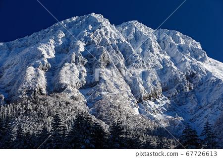 Yatsugatake從柱子村莊看的嚴厲冬天的山峰·Akatake 67726613