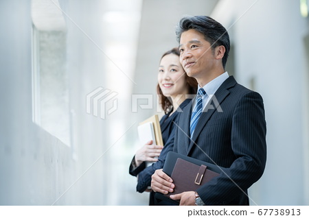 사업가 일하는 여성 67738913