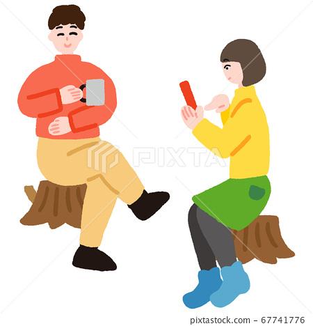 一個年輕的男人坐在樹樁上,喝咖啡和一個年輕的女人,經營智能手機 67741776