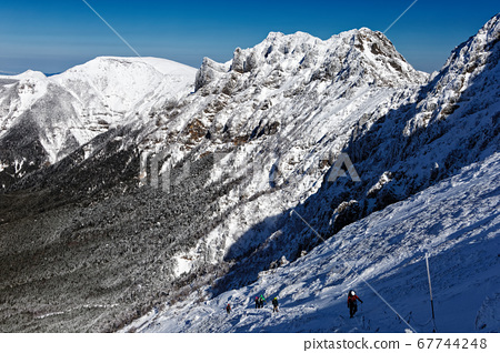 直接在八嶽山脈和赤岳下並向橫岳和有岳方向行駛的登山者 67744248