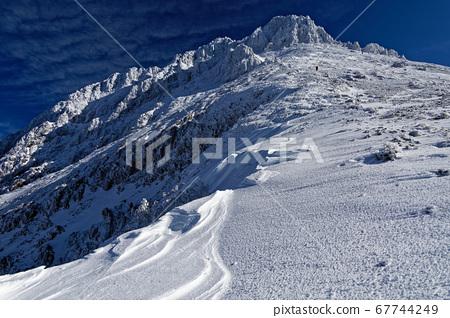 映照在藍色天空中的八嶽山的頂峰赤岳 67744249