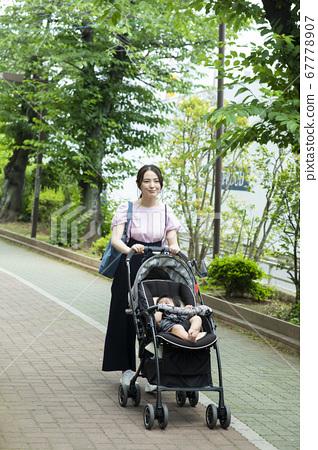 媽媽和寶寶到戶外散步 67778907