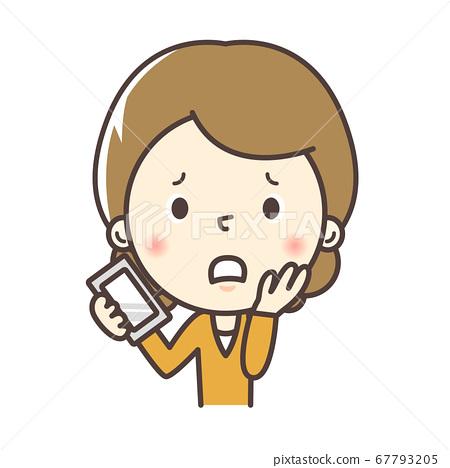 一位母親拿著智能手機時表情困擾 67793205