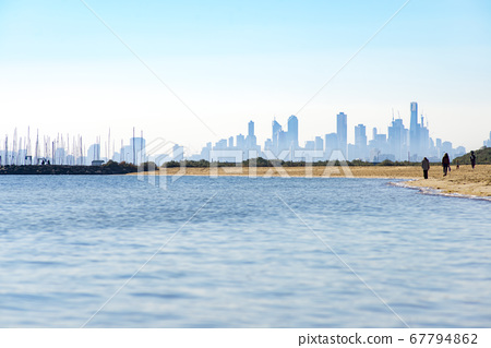 從墨爾本郊區的海灘欣賞建築物 67794862