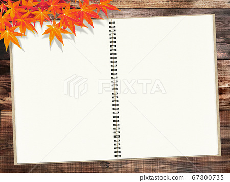 새빨간 단풍 나무가 겹치는 나무 테이블에 둔 스케치북. 67800735