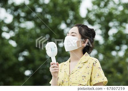 年輕女子麵具小風扇 67807259