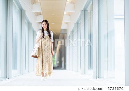 大學生走在大學的走廊裡 67836704