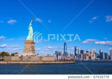 《紐約》自由女神像和曼哈頓的摩天大樓 67836776