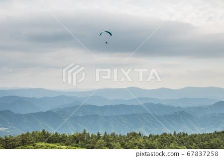 從龍門山頂飛越山脊線的滑翔傘鳥瞰圖 67837258