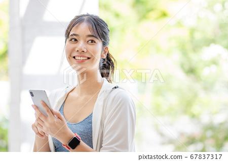 戶外運動的年輕女子 67837317
