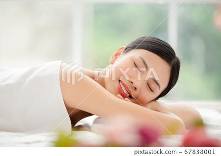 放鬆與秀麗治療的婦女 67838001