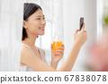 주스를 마시 며 휴식하는 여성 67838078