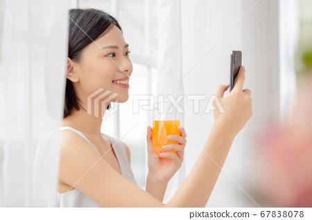 女人放松用一只手的汁 67838078