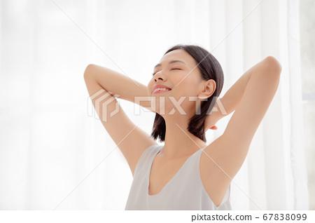 女人在她的房间里伸展 67838099