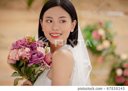 舞會禮服的女人的畫像 67838143