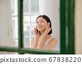 자기 방에서 스킨 케어를하는 여성 67838220