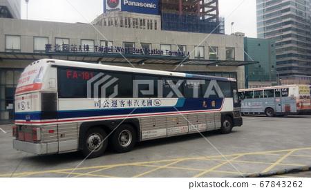 台灣台北-12/15/2015:台灣歷史圖像:停駛前的國光客運MCI「灰狗巴士」進入台北西站 67843262