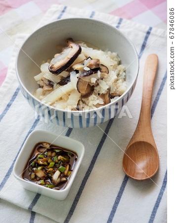 아시아 음식 무와 버섯덮밥  67846086