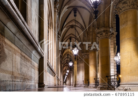 Arched perspective with columns and vaulted ceiling in the temple in Vienna. 67895115