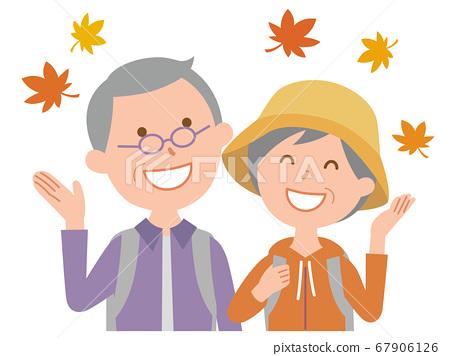 年長的夫婦享受秋天的樹葉打獵 67906126