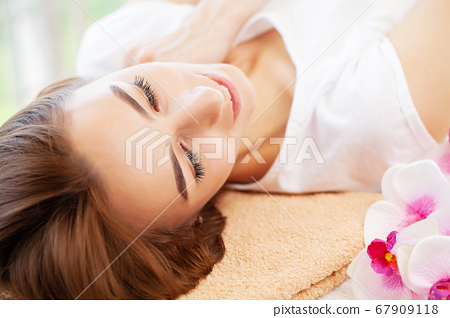 Woman waiting for facial treatment in beauty studio 67909118