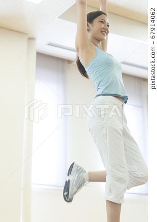 단계 운동을하는 여성 67914062