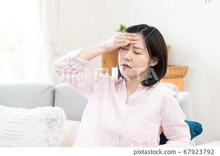 擔心發燒的中年婦女[生活] 67923792