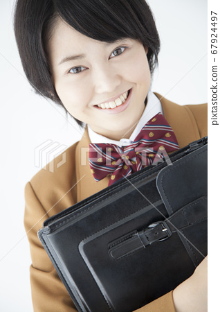 학생 가방을 가진 여고생 67924497