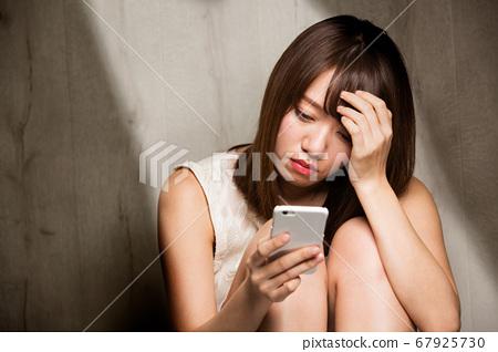 스마트 폰 우울한 여성 67925730