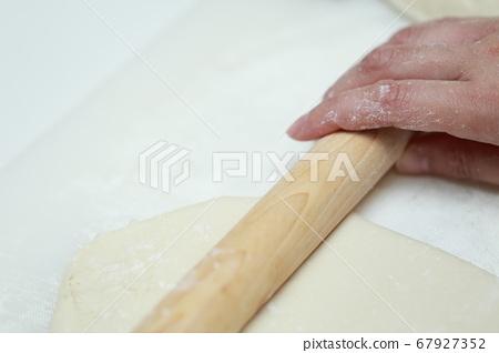 면봉으로 손으로 반죽을 늘릴 주부 67927352