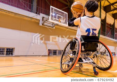 휠체어 농구를하는 남성 4 67928492