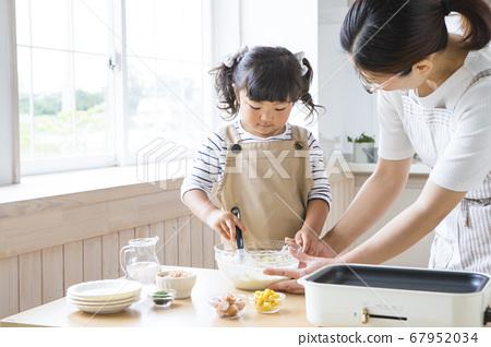 오코노미 야키를 굽는 부모와 자식 67952034