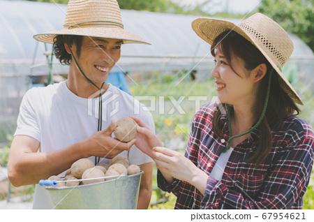 農業青年男女 67954621
