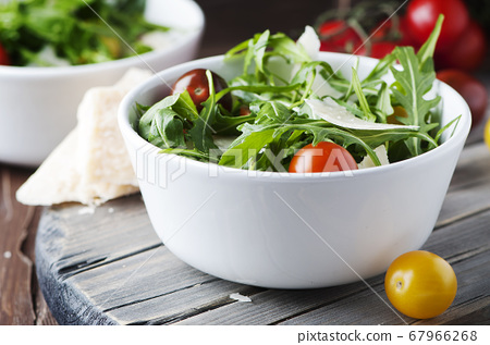 Healthy salad with rocket, tomato and parmesan 67966268