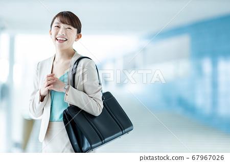 20多岁通勤到办公室的女人 67967026